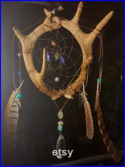 Dreamcatcher de bois de cerf avec des cristaux et des plumes naturels
