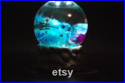 Lapin diaphonisé de chéri dans un GLOBE en verre, avec les oreilles mignonnes. Violet bleu