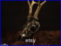 Magnifique chandelier fait main moir et doré monté sur un véritable crâne de chevreuil pour décor gothic alternatif, customisation possible