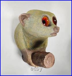 Sculpture de lémurien nain, peinte à la main avec des yeux réalistes.