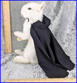 X36a Taxidermy Anthropomorphic vampire Dracula Bunny Rabbit Oddities curiosités crocs gothique étrangeté décor Curiosité Spécimen Debout